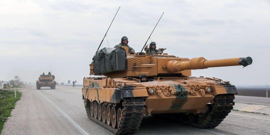 Türkische Faschisten mit dem Wolfsgruss auf deutschen Panzern auf dem Weg nach Afrin